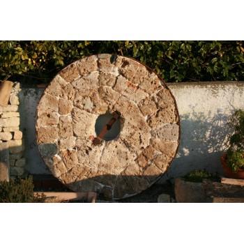 Meule en pierre et fer forgé