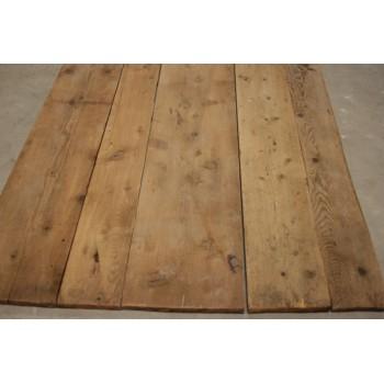 Plancher ancien en pin à lames larges.