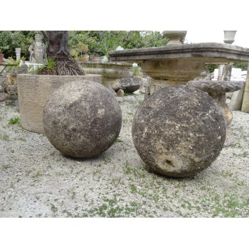 Paire de boules en pierre